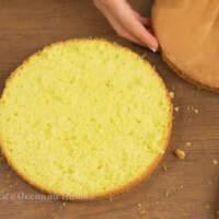 Разрезаем бисквит на три примерно одинаковых коржа.