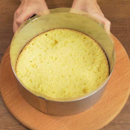 Собираем торт. Берем кулинарное кольцо и кладем первый корж. Между кольцом и бисквитом ставим кольцо ставим ацетатную пленку. Зажимаем кулинарное кольцо до диаметра бисквитного коржа.