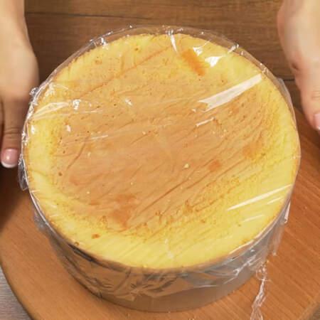 Собранный торт накрываем пищевой пленкой и ставим в холодильник застывать минимум на 4 часа.