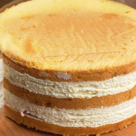 Достаем торт из холодильника, снимаем ацетатную пленку