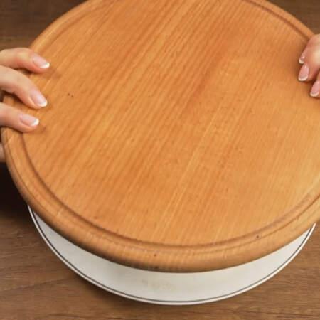 переставляем его на блюдо или подложку, на которой будем подавать его на стол.