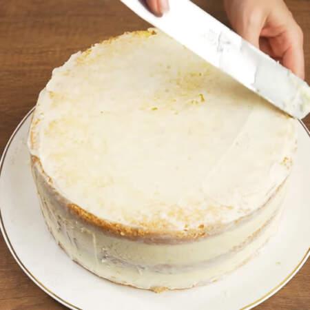 Бока и верх торта покрываем оставшимся кремом. Крем нужно заранее выставить из холодильника, для того, чтобы он согрелся до комнатной температуры.
