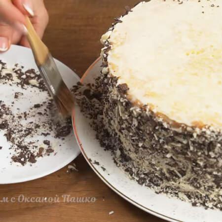 Лишний шоколад убираем с тарелки с помощью кулинарной кисточки.