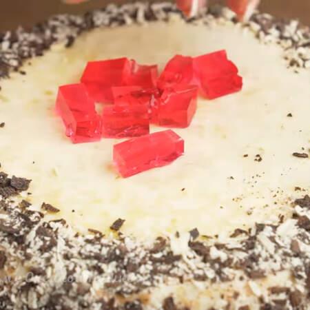 Верх торта украшаем желейными кубиками.