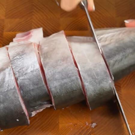 Рыбу нарезаем порционными кусками. У меня тунец весом 1,2 кг.