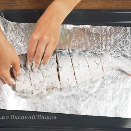 На большой противень от духовки кладем фольгу сложенную в два раза.  На фольгу выкладываем куски рыбы, повторяя форму целого тунца.