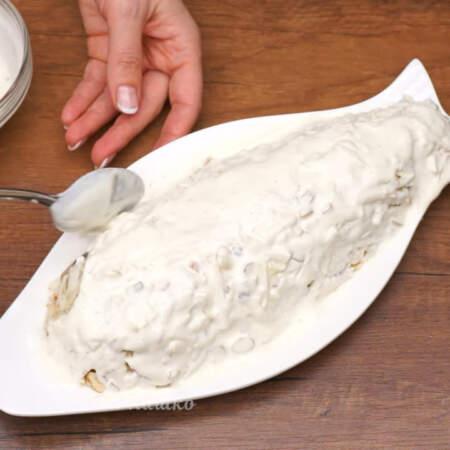 Приготовленной заправкой смазываем сельдь под шубой со всех сторон.