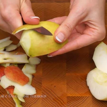 1 большое кисло-сладкое яблоко разрезаем на четвертинки и вырезаем сердцевину. Яблоки очищаем кожуры.