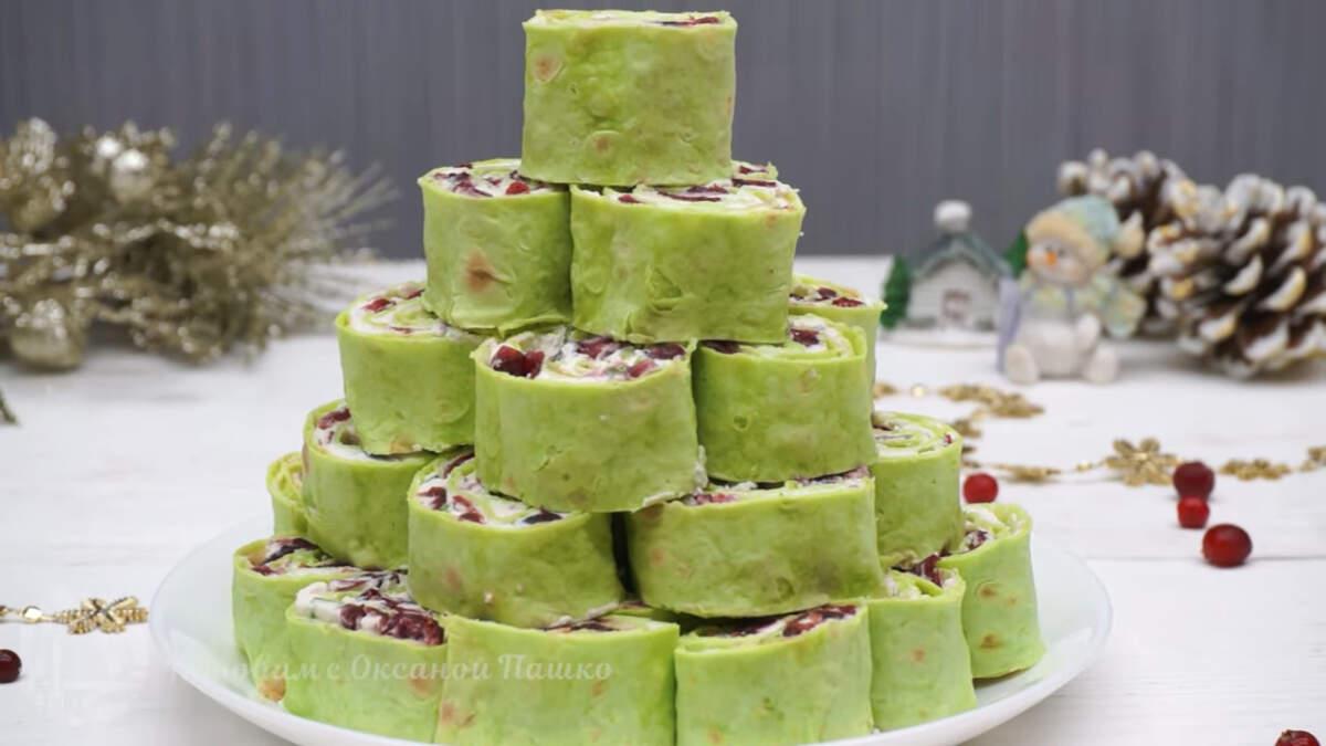 Девятой приготовим новогоднюю закуску Елочка. Готовится она несложно и быстро, а на столе выглядит необычно и празднично.