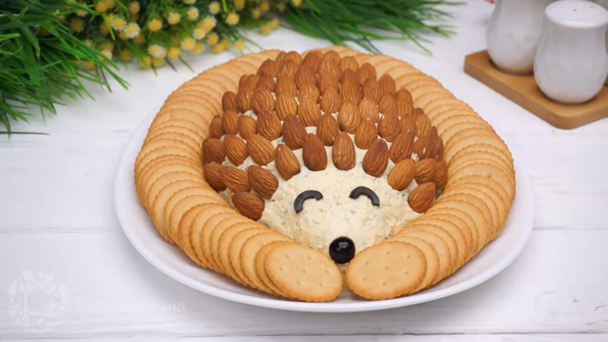 Закуска Ежик с крекером получилась необычной и оригинальной. Она очень красиво смотрится на праздничном столе.  Если готовить такую закуску на меньшей тарелке, то ингредиенты нужно уменьшить вдвое.