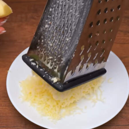 Сначала приготовим начинку для закуски. 200 г сыра трем на мелкой терке.