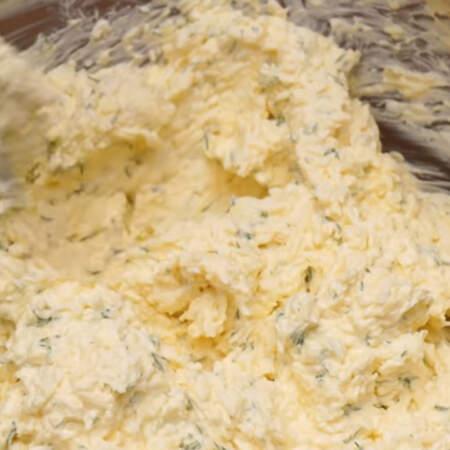 Все хорошо перемешиваем. Вместо майонеза можно добавить несладкий густой йогурт.  Сразу весь майонез не кладите, перемешивайте и смотрите на консистенцию закуски. Масса должна получится густой и хорошо держать форму.