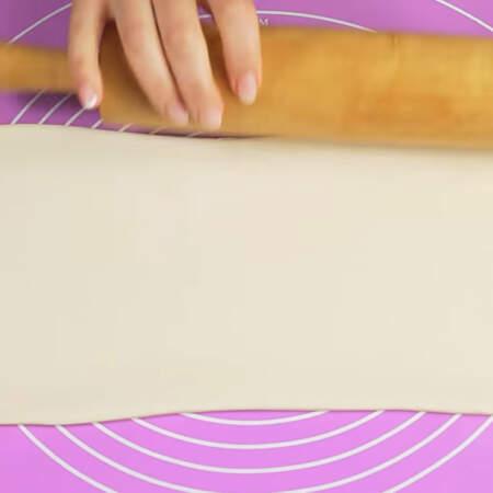 Берем один лист слоеного бездрожжевого теста и немного его раскатываем.