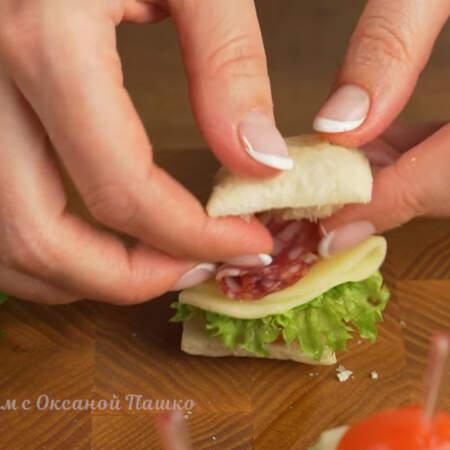 Следующим берем кружок колбасы, тоже складываем и кладем на сыр.  Все накрываем второй половинкой квадрата из теста.