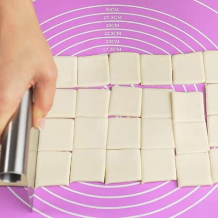 Из теста вырезаем квадраты со стороной примерно 4 см.