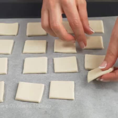 Все квадраты из теста выкладываем на противень застеленный пергаментной бумагой. Всего у меня получилось 32 квадрата.