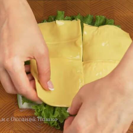 На салат выкладываем ломтики тостерного сыра.