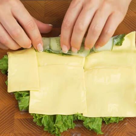 Все сворачиваем в рулет. Стараемся сворачивать не быстро, как можно плотнее и аккуратно, чтоб не разорвать рисовую бумагу. Рисовая бумага надежно держит рулет в свернутом состоянии и не дает ему развернуться.