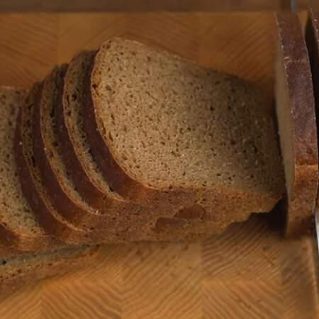 Одну буханку черного хлеба нарезаем ломтиками. Из одной буханки хлеба у меня получилось 15 ломтиков.