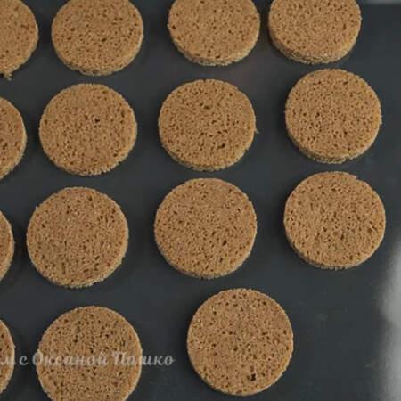 Подготовленный хлеб перекладываем на противень. Все ставим в духовку разогретую до 200 градусов. Сушим приблизительно 8-10 минут.  Сверху должна образоваться хрустящая корочка, а в середине хлеб должен остаться мягким.