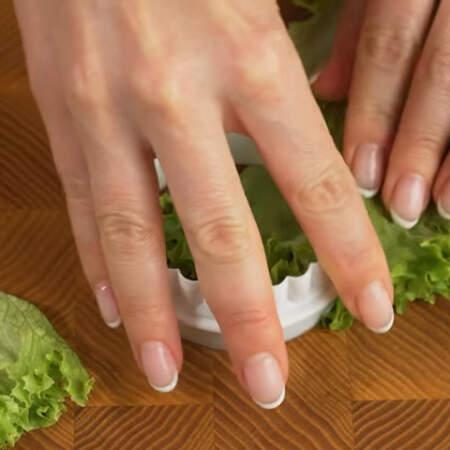 Из листа салата вырезаем условные кружочки.