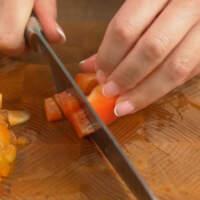 Сначала подготовим ингредиенты. 1 сладкий перец нарезаем небольшими кубиками.