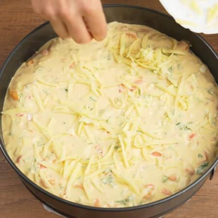 Сверху пирог посыпаем тертым сыром.