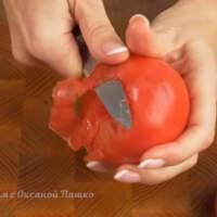 Берем 2 помидора, среднего размера. Вырезаем плодоножку и срезаем с них кожуру.