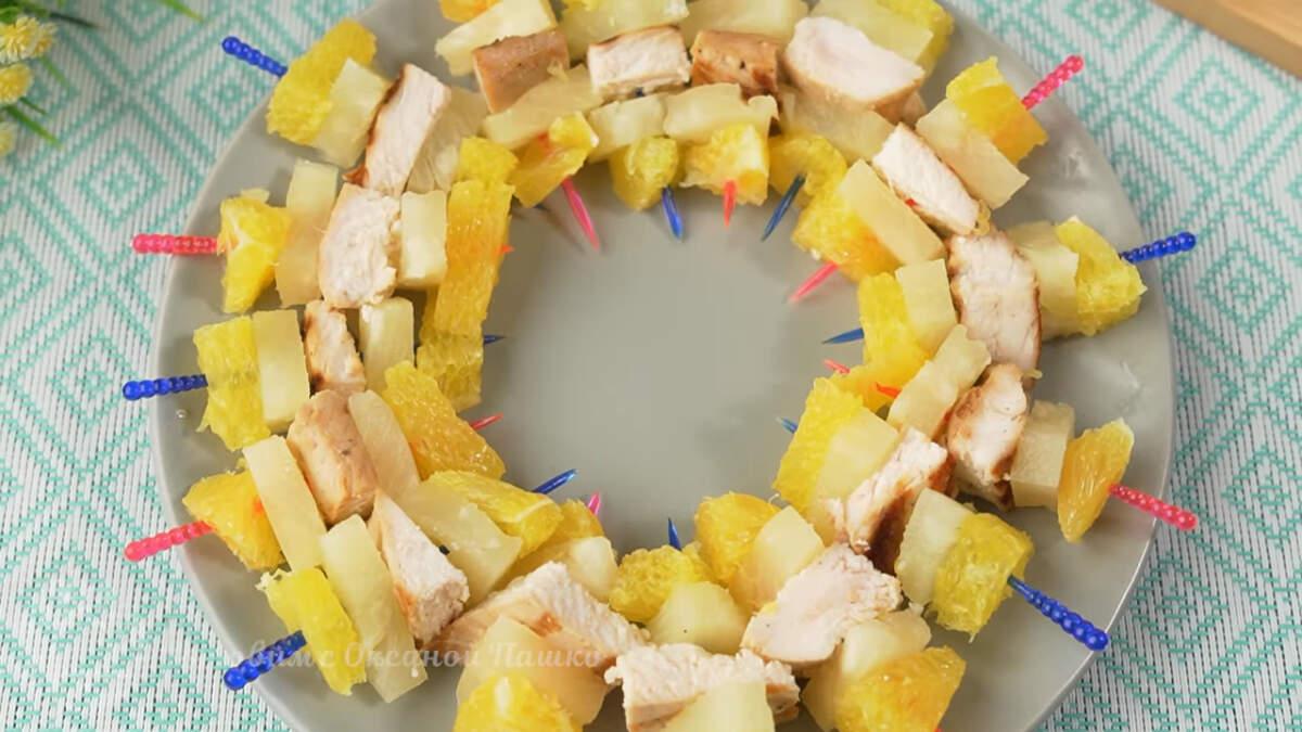 Канапе с апельсином ананасом и филе индейки получилось вкусными и необычными. В них прекрасно сочетается кисло сладкий вкус фруктов с ароматной и нежной индейкой.  Готовятся они просто и всегда расходятся на ура.
