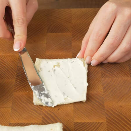 Смазываем его сливочным сыром. Я смазывала сливочным сыром Альметте с зеленью. Также можно смазать плавленным сыром Янтарь.
