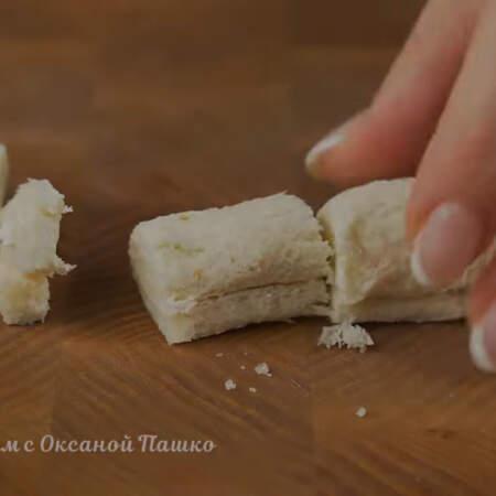 Сам рулетик разрезаем на 2 или 3 части, все зависит от величины тостерного хлеба.
