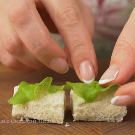 На подготовленные рулетики кладем по кусочку салатного листа.