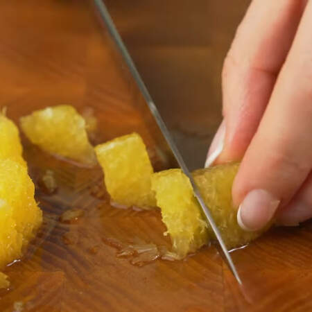 Подготовленные дольки апельсина нарезаем кусочками.