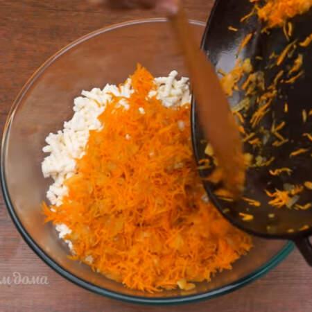 В миску с перекрученным мясом и творогом добавляем овощную пассеровку.