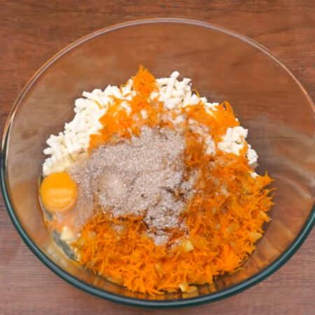 Сюда же насыпаем 2 ст.л. отрубей или панировочных сухарей. Все солим по вкусу и перчим. Разбиваем 1 яйцо и перемешиваем.