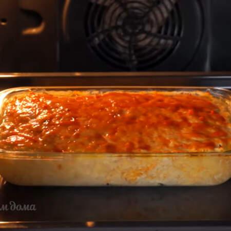 Прошло 40 минут. Запеканку сверху смазываем томатным соусом или томатной пастой