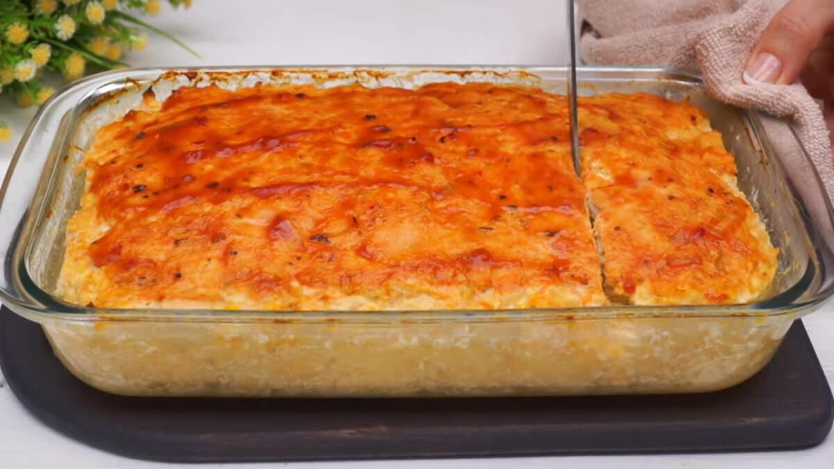 Готовую запеканку достаем из духовки и даем ей остыть 5-10 минут. Запеканку разрезаем на порционные куски и подаем на стол в горячем виде.