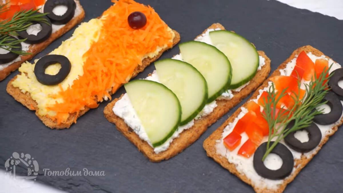 Закуски на хлебцах получились вкусными и красивыми. Готовятся они очень просто и легко.  Хлебцы смело можно заменить соленым крекером или хлебом, поджаренным в тостере или на сковороде.