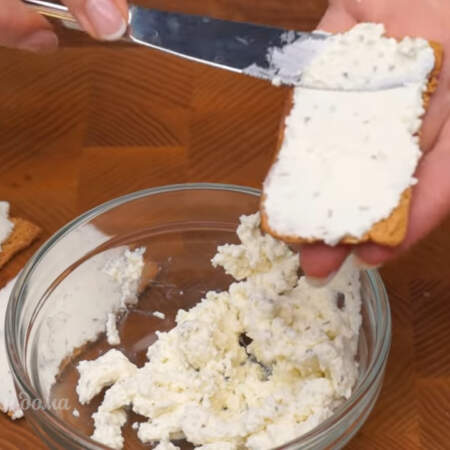 Хлебцы смазываем творожным сыром, например Альметте.  Вместо хлебцев можно использовать соленый бутербродный крекер.
