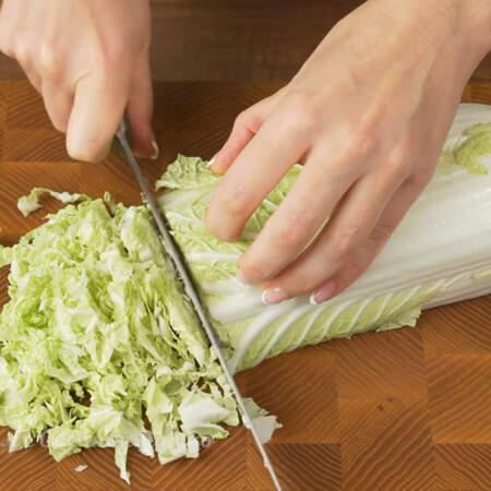 Сначала подготовим все ингредиенты. Пол кочана пекинской капусты среднего размера разрезаем пополам и шинкуем ножом. У меня эти пол кочана весят примерно 400 г