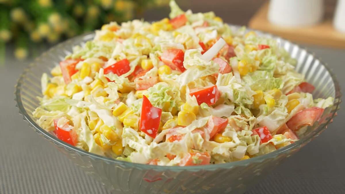 Быстрый салат с пекинской капустой получился очень вкусным и сочным.  Также в этот салат, по желанию, можно добавить петрушку, укроп или зеленый лук. Если предпочитаете более сытные салаты, то можно добавить отварное мясо или колбасу.