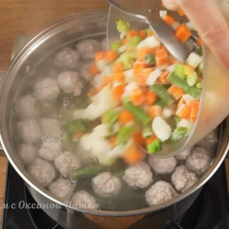 Сюда же в кастрюлю кладем 400 г замороженной овощной смеси.  Я использую Весеннюю овощную смесь, но можно использовать любую по вашему вкусу.