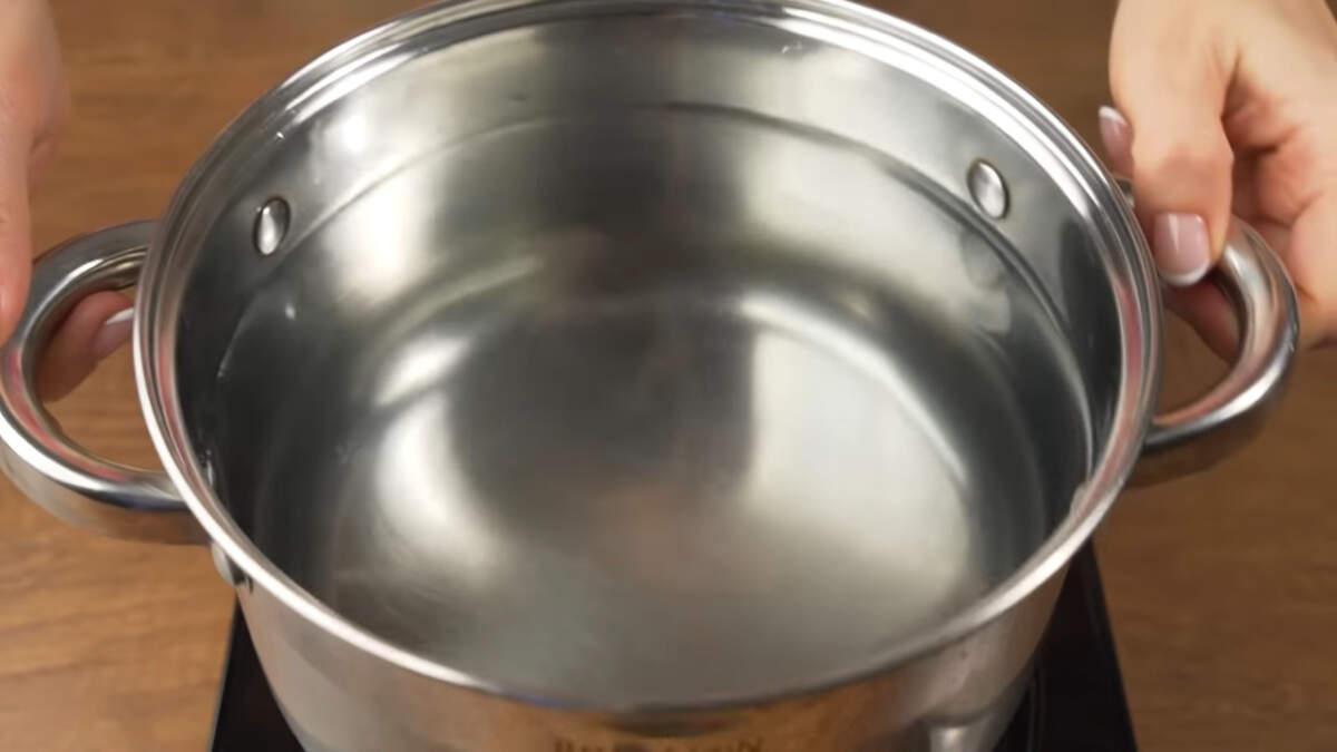 В 4-х литровую кастрюлю наливаем 2 л воды. Ставим на огонь.  Пока закипает вода готовим фрикадельки.