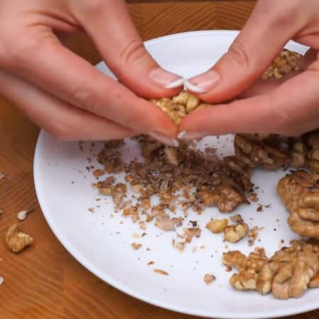 Уже поджаренные и остывшие орехи чистим от шелухи, насколько это возможно.