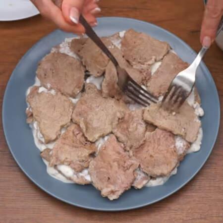 Выкладываем 2-й слой мяса.