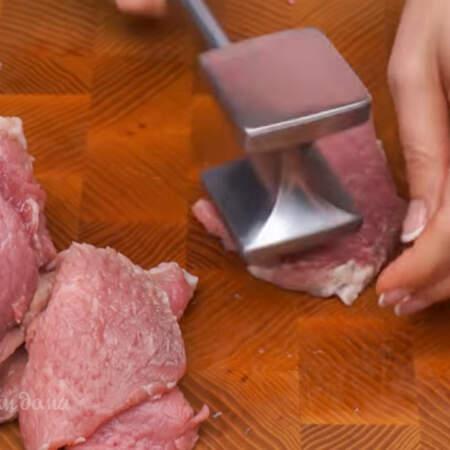 Каждый кусочек мяса отбиваем молотком с двух сторон.