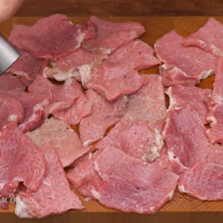 Подготовленное мясо хорошо перчим и солим. Руками распределяем приправы по мясу. Я взяла свиную корейку, но также можно использовать говядину или куриное филе.