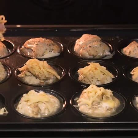 Прошло 30 минут, мясные кексы посыпаем тертым сыром. Опять ставим в духовку на 3-5 минут, чтобы расплавился сыр.