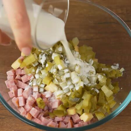 В миску кладем ветчину, сыр и нарезанные огурцы.