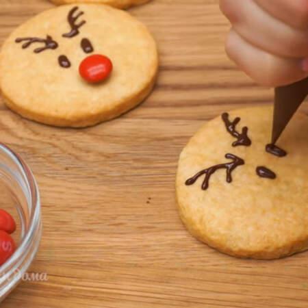 На печенье рисуем олененку рожки и глазки.